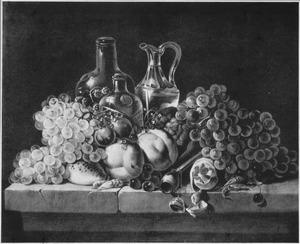 Stilleven met vruchten, glaswerk en een pijp op een stenenplint