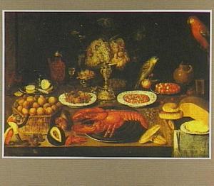 Stilleven van tazza met druiven, kreeft, brood, kaas, twee papegaaien en een aapje