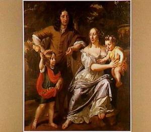 Familieportret - man, vrouw en twee kinderen - in een tuin
