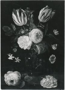 Tulpen, rozen en andere bloemen in een glazen vaas