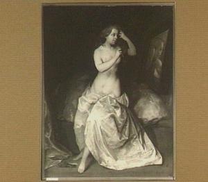 Toiletmakende vrouw voor de spiegel
