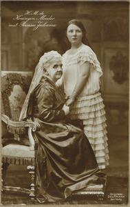 Portret van de Koningin Moeder met prinses Juliana