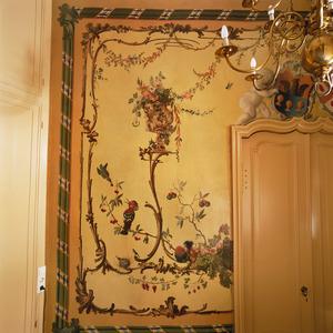 Rocaille-ornamenten met bloemen- en vruchtenstillevens, dieren en de wapens van de families Van den Brande en Van de Perre