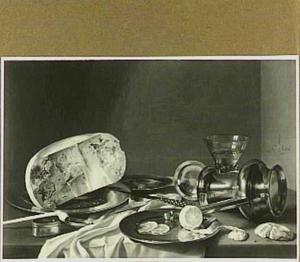 Stilleven met oude kaas, omgevallen kan, geschilde citroen en pijp