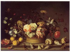 Bloemstilleven in een mand, met vruchten, schelpen, sprinkhaan en hagedis op een stenen plint