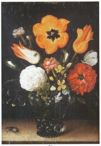 Bloemen in een noppenglas en een kever, op een stenen plint