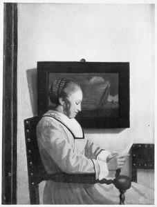 Jonge vrouw die een brief leest in een interieur