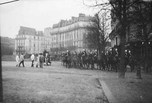 Groep militairen te paard in Parijs