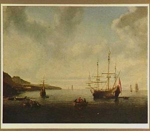 Hollands oorlogsschip voor anker voor de kust; in de voorgrond twee roeibootjes
