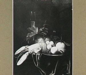 Stilleven met kreeft en vruchten op een donker kleed