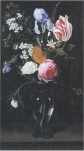 Rozen, een lis en andere bloemen in een glazen vaas