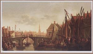 Dordrecht, de Appelmarkt, de Oude Haven en de Nieuwbrug, in de verte de toren van de Groothoofdspoort