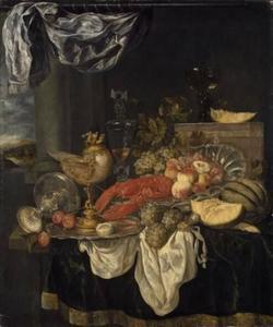 Stilleven met kreeft, nautilusbeker, glas-en zilverwerk op donker kleed met wit servet