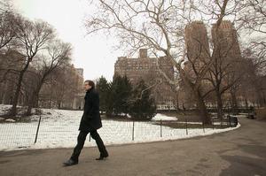 Guido van der Werve lopend in park