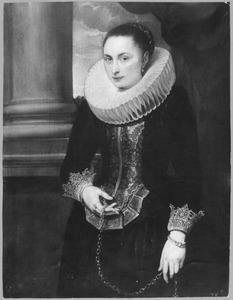 Portret van een vrouw met een grote gesteven plooikraag, staande met een gouden ketting in de hand