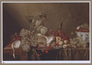 Vruchtenstilleven met wijnglas en porseleinen kom