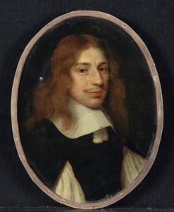 Portret van een man in zwart kostuum met witte kraag