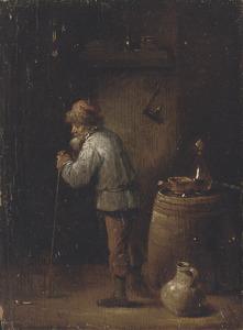 Oude man leunend op een wandelstok in een interieur