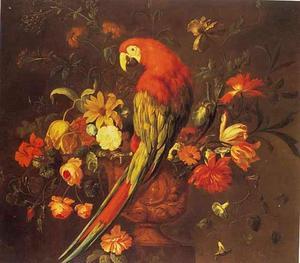 Een ara zittend op de rand van een vaas gevuld met bloemen op een marmeren piëdestal