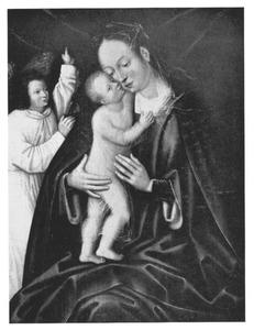 Maria omhelsd door het staande Christuskind; links staat een wijzende engel