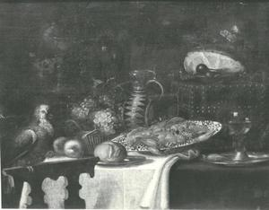 Pronkstilleven met siervaatwerk, kreeft, vruchten, glaswerk en een papagaai op een wit tafellaken