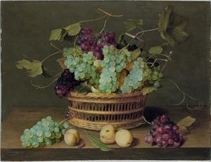 Stilleven met een mand met druiventrossen en abrikozen op een houten tafel
