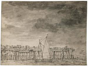 Zeilbootje afgemeerd op een strand bij een palissade