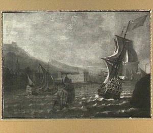 Engelse schepen voor een heuvelachtige kust