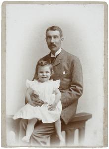 Portret van Willem Gerrit van de Poll (1854-1898) en Marie Arnoudine Françoise van de Poll (1895-1976)