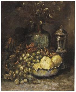 Stilleven met druiven en zilveren bokaal