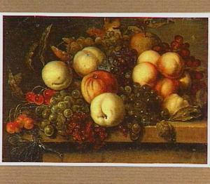 Stilleven van druiven en perziken op een stenen plint