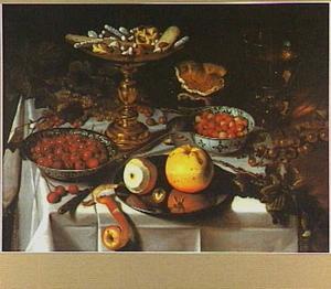 Stilleven met fruit, suikerwerk op tazza, roemer en brood op een tinnen bord