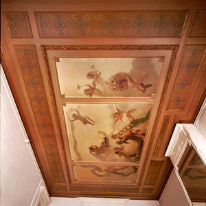 Plafondschildering verdeeld in drie vakken met zwevende putti in wolkenlucht