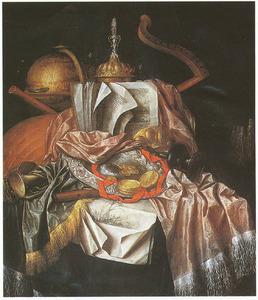 Stilleven met siervaatwerk, muziekinstrumenten, globe en enkele prenten op een gedekte tafel