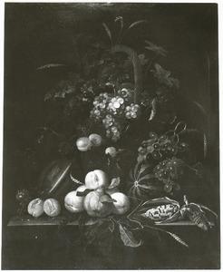 Vruchten in en rond een rieten hengselmand, in een nis