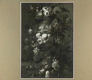 Tuinvaas met putti omringd door een slinger van bloemen