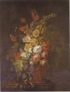 Bloemstilleven in een, met figuren gedecoreerde, vaas en een slak op een marmeren blad