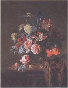 Bloemen in een glazen vaas, naast een oosters tapijt, op een marmeren plint