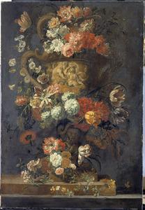 Geornamenteerde met bloemen omkranste tuinvaas