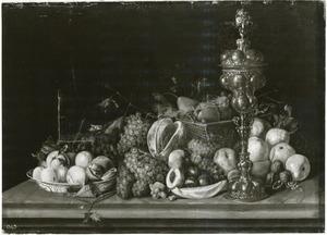Vruchtenstilleven met pronkbeker