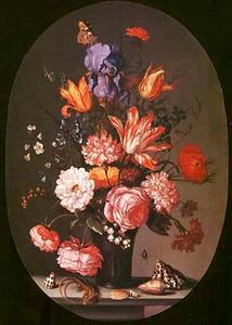 Bloemen in een glazen vaas, een hagedis en schelpen op een stenen tafel