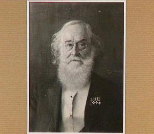 Portret van een man met een baard en medailles op zijn borst