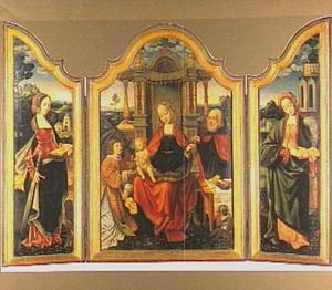 Geopend drieluik met links de H. Catharina, in het midden de Heilige Familie met een engel en rechts de H. Barbara