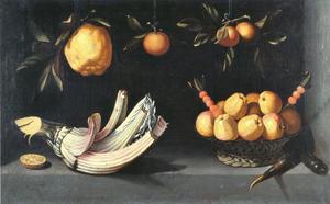 Kardoen met een mand met appelen, wortels en hangende citron, en sinaasappels