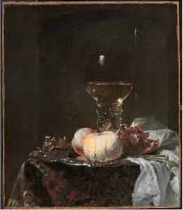 Stilleven met roemer en zilveren schotel met vruchten