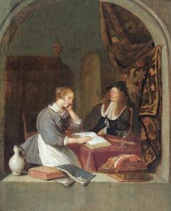 Lezende vrouw en een man aan een tafel, gezien door een boogvenster
