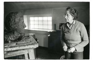 Portret van Pearl Perlmuter met een van haar beeldhouwwerken