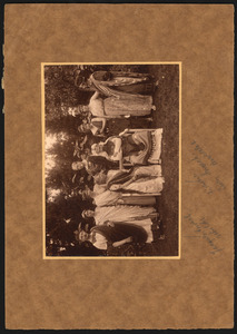 Groepsportret met o.a. Jacques Snoeck en Lucy Snoeck-Broedelet in historisch kostuum