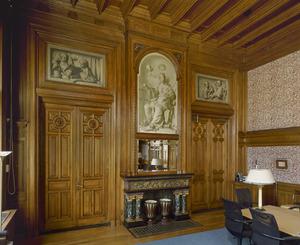 Wandbetimmering in neorenaissance stijl met grisailles als schoorsteenstuk en bovendeurstukken