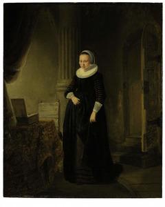 Portret van een vrouw, staande ten voeten uit naast een tafel